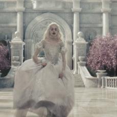 Anne Hathaway è l'emaciata Regina Bianca in Alice in Wonderland (2010)