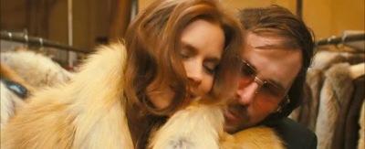 Amy Adams és Christian Bale a ruhatárban huncutkodnak[2]