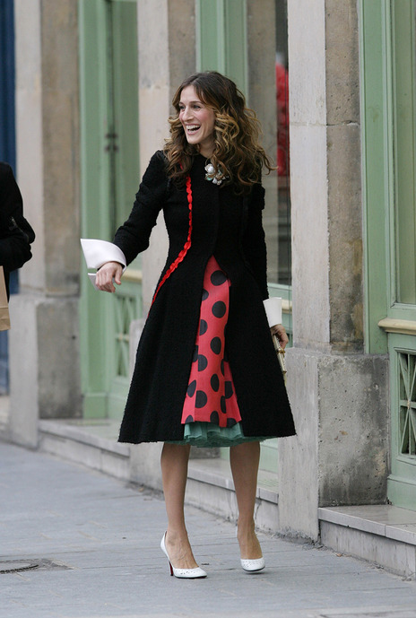 carrie-bradshaw-sex-and-the-city-jupe-rouge-pois_0