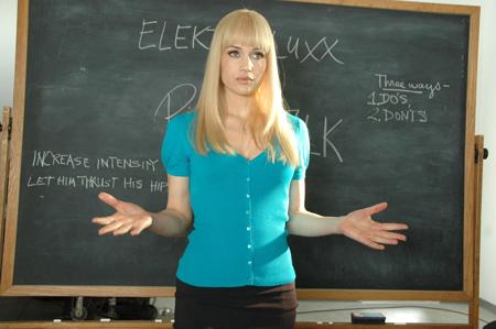 Carla Gugino è la bionda bollente che insegna l'arte dell'eros alle casalinghe disperate con il nome di Elektra Luxx (2010)