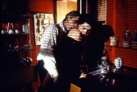 Scivola fra le fedifraghe lenzuola di Jeremy Irons, padre del suo fidanzato.