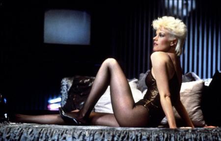 Una cotonata Melanie Griffith bondage è Holly Body, attrice hard in Omicidio a Luci Rosse (1984)