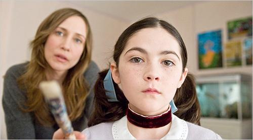 Isabelle Fuhrman è un genio del male sotto mentite spoglie di figlia adottiva di Vera Farmiga in Orphan (2009)