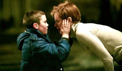 Cameron Bright si diverte a tormentare una Nicole Kidman in lutto, convincendola che lui sia la reincarnazione di suo figlio defunto, in Birth - Io sono Sean (2004)