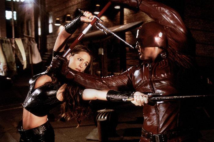 Ben Affleck e Jennifer Garner in love sul set di Daredevil (2003) Galeotto fu il set in cui Daredevil si avvinghia ad Elektra, in un combattimento senza esclusioni di effusioni.