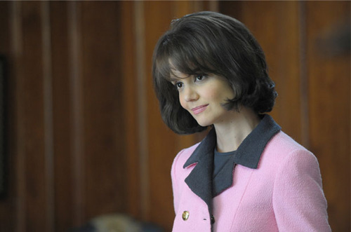 Katie Holmes in The Kennedys (2011) è Jacqueline Kennedy