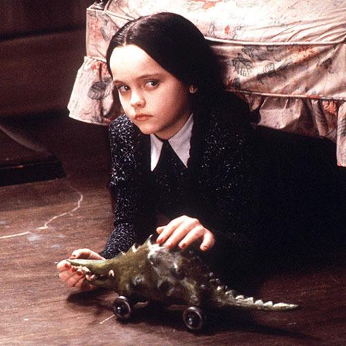 Christina Ricci è l'emaciata decapitatrice di bambole, Mercoledì Addams, nell'adattamento cinematografico (1991) della celebre serie tv.