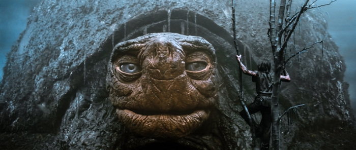 Morla, l'essere millenario. La saggia testuggine gigante interpellata da un disperato Atreyu, imbrattato di fango.