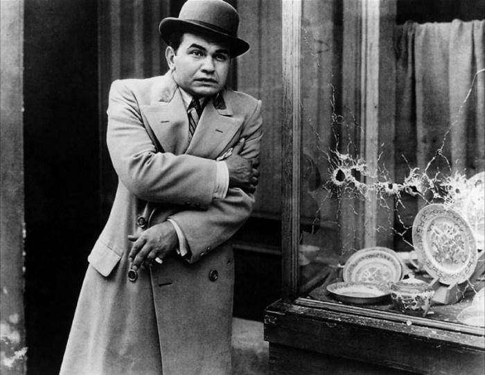 Edward G. Robinson è l'arrogante mezza tacca che vuole scalare i vertici del crimine con il nome di Piccolo Cesare (1931)