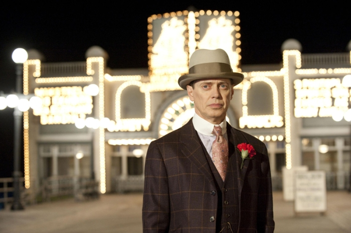 Steve Buscemi alias Nucky Thompson è il tesoriere corrotto di Atlantic City che impera nel Proibizionismo spacciando alcolici in Boardwalk Empire (2010-)