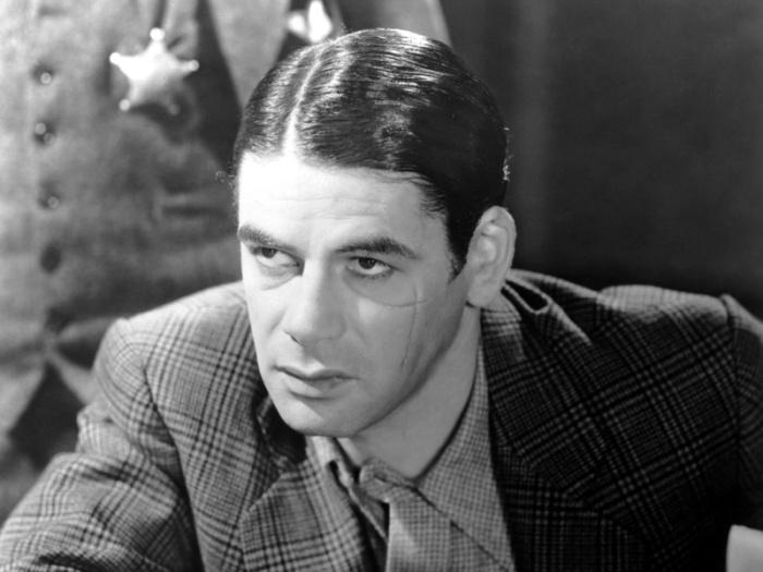 Paul Muni sfoggia la cicatrice di sanguinario gangster che tiranneggia come Scarface - Lo Sfregiato (1932)