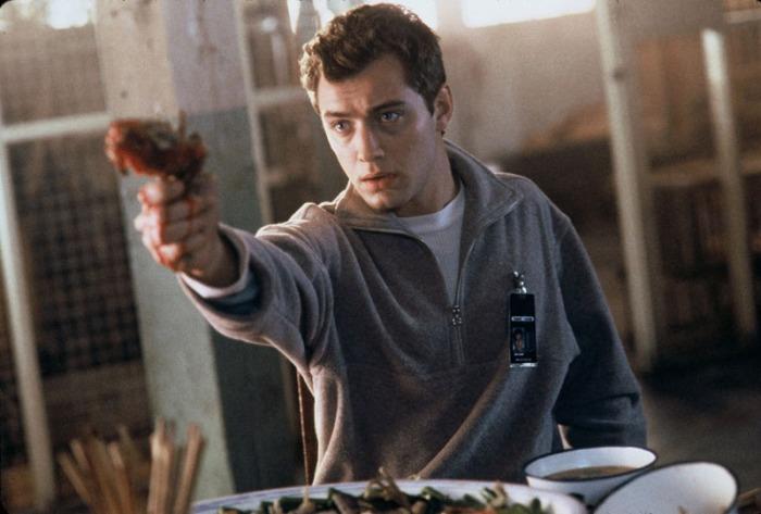 Jude Law è Ted Pikul: L'addetto alla security di un'azienda videoludica che se la squaglia dal sistema distopico insediato da gamer virtuali che giocano a eXistenZ (1999)