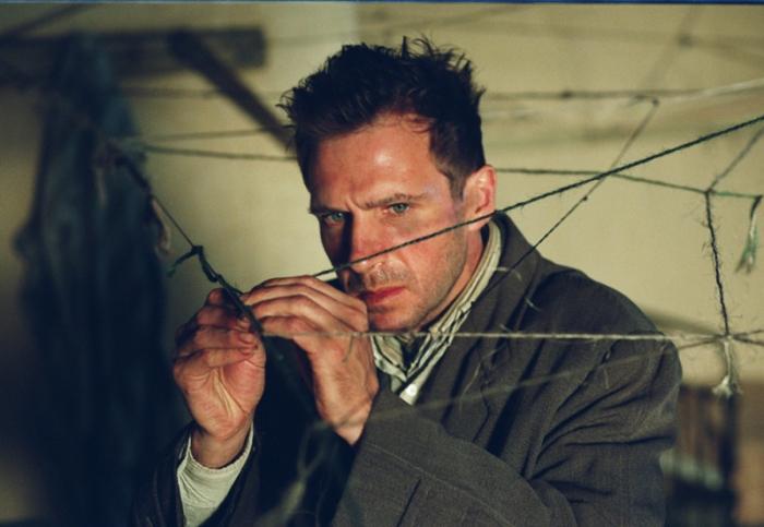 """Ralph Fiennes è Dennis """"Spider"""" Cleg: Il paranoide intrappolato in una ragnatela psicoanalitica colonizzata da aracnidi schizofrenici (2002)."""