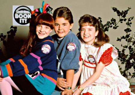 """25 anni fa (20 maggio 1989), Super Vicki si metteva in modalità-off facendo scorrere qualche lacrimuccia sui visini crucciati di noi marmocchi-divoratori di merendine del Mulino Bianco. Ma che fine ha fatto la bimba robot star delle quattro stagioni della sitcom? Come un cacciatore di androidi, andrò a scovare V.I.C.I. (aka Vicki """"Voice Input Child Identicant"""") e la strampalata famiglia """"adottiva""""…"""