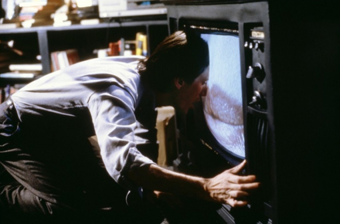 James Woods è Max Renn: L'insonne manager di un hard-network via cavo che si spara Videodrome con la ragazza a cui piace farlo brutale. Verrà ingerito dal tubo catodico, vagando in un girone di perverse allucinazioni (1983).