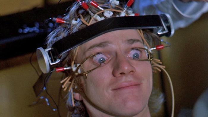 Arancia Meccanica (1971) di Stanley Kubrick Un'anarchica gang in calzamaglia e bombetta, capeggiata da un Malcolm McDowell estasiato dalla Nona di Beethoven, se ne va a zonzo per le strade di Londra auto-celebrandosi con efferati atti di violenza. Il controverso capolavoro di Kubrick scatenò rabbia nel pubblico, fruttando al regista numerose minacce di morte.