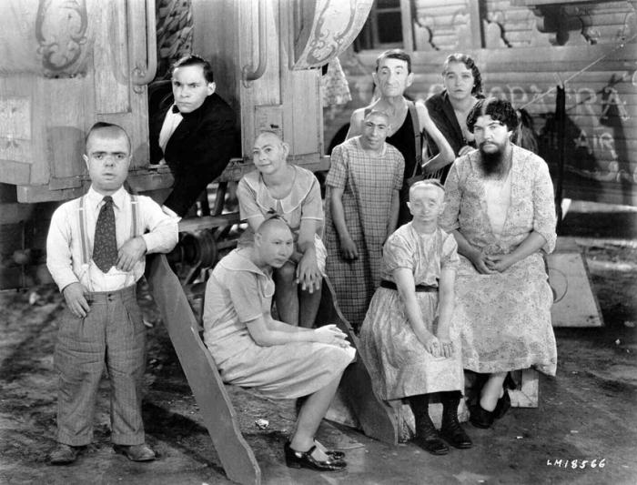 """Freaks (1932) di Tod Browning Così shockante che il cast arrivò a rinnegarlo. Interpretato da autentici """"fenomeni da baraccone"""" circensi, la pellicola fu amputata di trenta minuti e il materiale tagliato resta, tutt'oggi, non-reperibile perché è andato distrutto. Durante la premiere, il cult maledetto causò malori in platea: una donna, ad esempio, fu colta da aborto spontaneo e denunciò la produzione."""