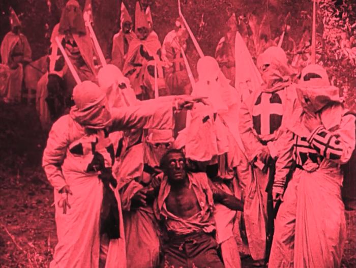 """La Nascita di una Nazione (1915) di David Wark Griffith Santificato dagli storici della settima arte per l'introduzione di elementi innovativi, fu accusato di apologia della segregazione razziale, in particolare, per il prologo in cui i soldati del Nord e del Sud mettono da parte le loro discrepanze per unire le forze contro gli schiavi neri (tutti interpretati da attori bianchi in blackface), presumibilmente il nemico """"reale"""" del progresso americano."""