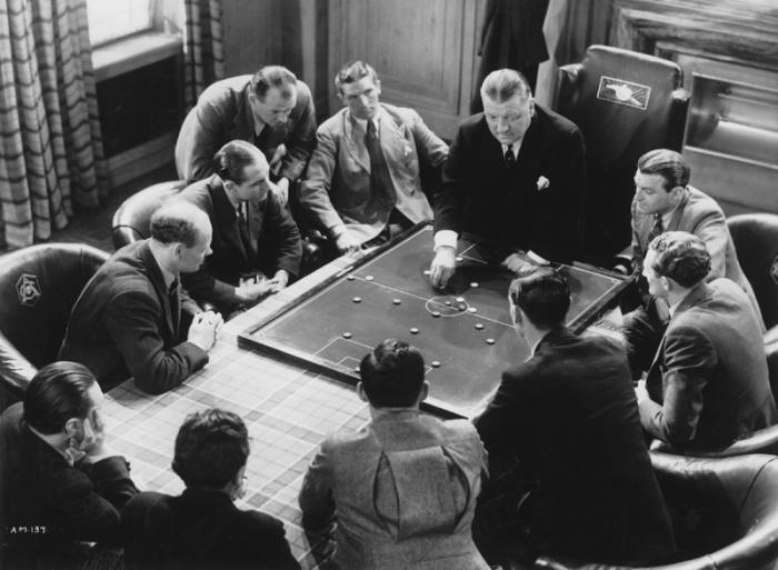 Il manager dell'Arsenal, George Allison, dà lezioni di tattica ai suoi giocatori ne Il Mistero dell'Arsenale (1939)