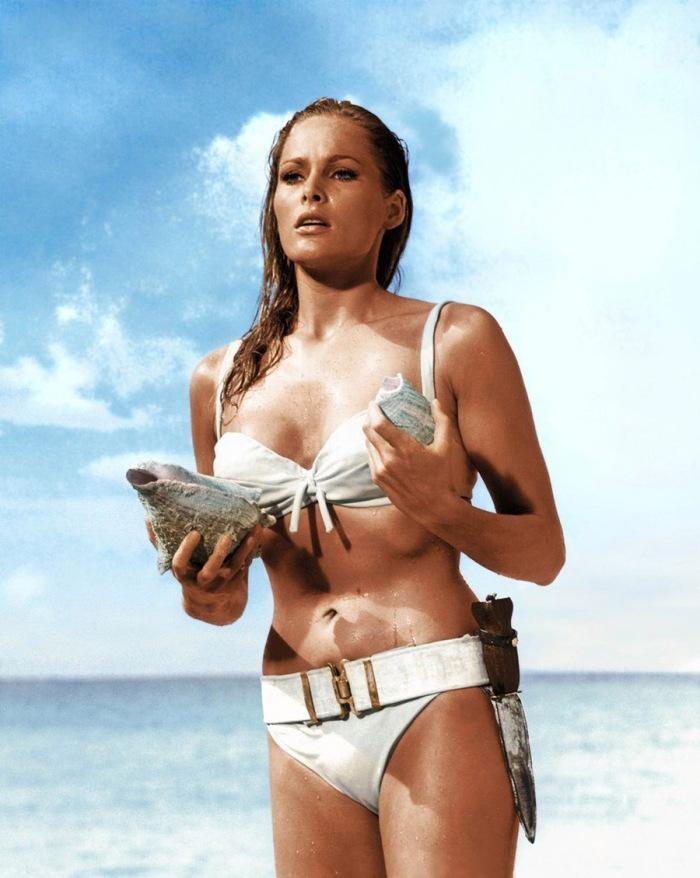 Ursula Andress è la Bond girl per antonomasia che affiora, giunonica, dall'oceano in Agente 007- Licenza di Uccidere (1962)
