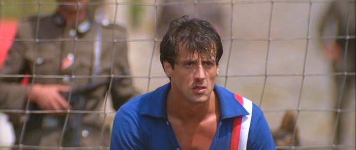 Sylvester Stallone è la recluta galeotta del soccer ball in un lager di aviatori nazisti in Fuga per la vittoria (1981)