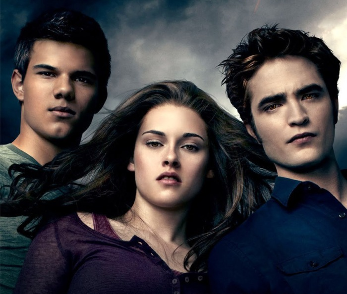 Edward, Bella, Jacob in The Twilight Saga (2008-2012): Il tenebroso vampiro emaciato, la sua Bella e il Licantropo dal sangue caldo che si contende l'amore della bestfriend.