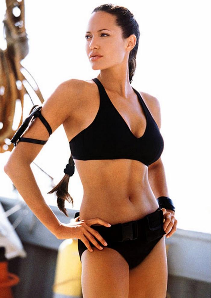 Angelina Jolie: conturbante e atletica, guizza tra le onde in Tomb Raider - La culla della vita (2003)