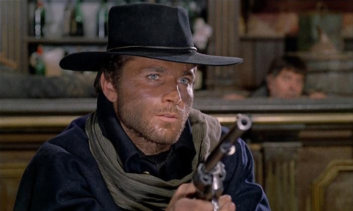 Franco Nero è Django (1966): Il reduce nordista che giura di vendicare la moglie assassinata, attraversando il confine arido con una sella in spalla e una cassa da morto che trascinata dietro.