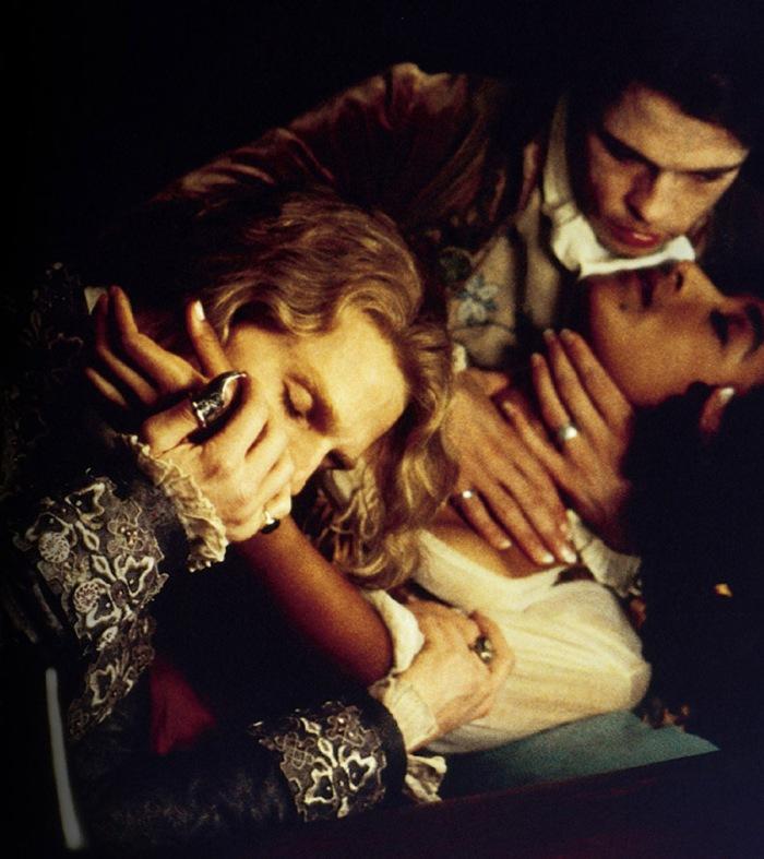 Lestat, Louis, la ragazza della taverna in Intervista col Vampiro (1994): L'aristocratico morditore di colli e il suo discepolo si dissetano sorseggiando plasma dalla prelibata arteria di una fanciulla in corsetto.