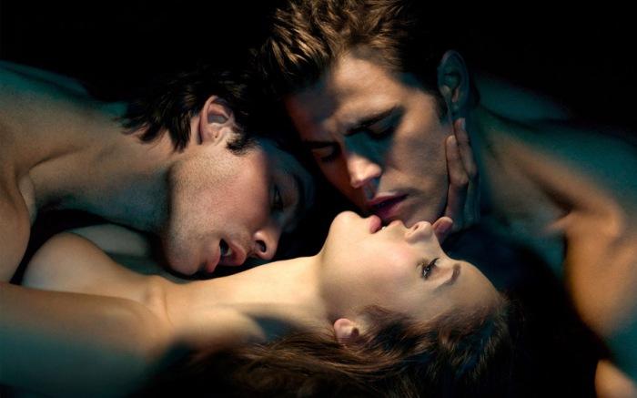 Elena, Stefan, Damon in The Vampire Diaries (2009-): L'attraente liceale divisa dalla bruciante passione per i sexy fratelli-vampiri di Mystic Falls.