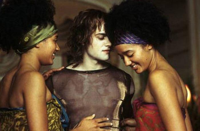 Il gothic rocker-vampire Lestat (Stuart Townsend) e due fan sacrificate in uno zampillante gioco erotico ne La Regina dei Dannati (2002)