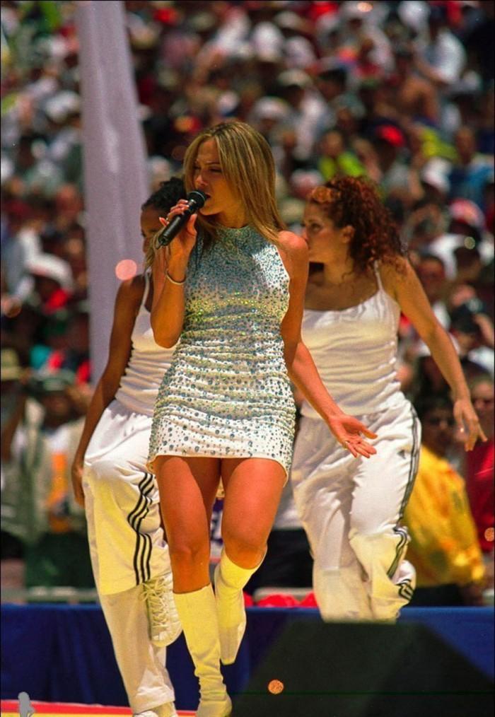 Il celebratissimo micro-gown bianco tempestato di strass nel videoclip Let's Get Loud 2003