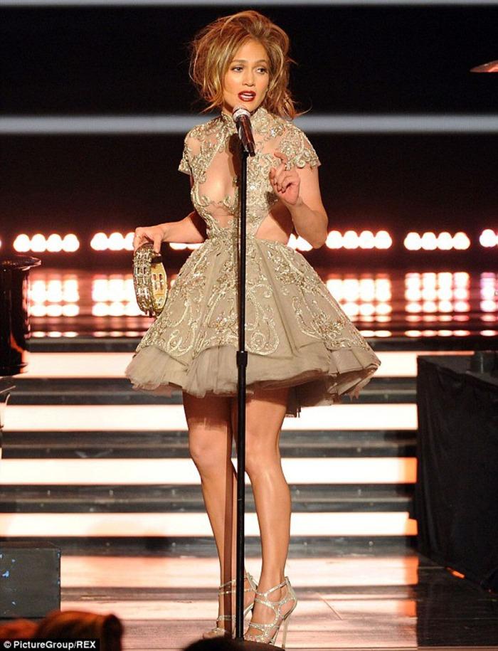 E in romantico embroidered-gown indossato durante la finale del telent show