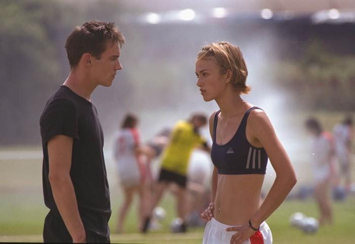 Sognando Beckham grazie alle dritte del sexy coach, Jonathan Rhys-Meyers. (2002)