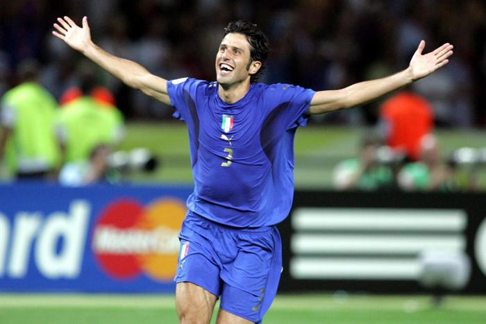2006 L'incontenibile gioia di Fabio Grosso, acclamato dalla sua squadra per aver messo in rete il rigore del trionfo.