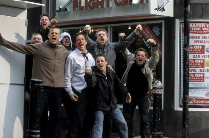 che la sfoga sua frustrazione negli Hooligans (1995) del West Ham.