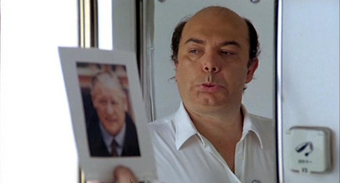 Lino Banfi è L'allenatore nel Pallone Oronzo Canà che prova allo specchio la mimica de Il Barone, Nils Liedholm. (1984)