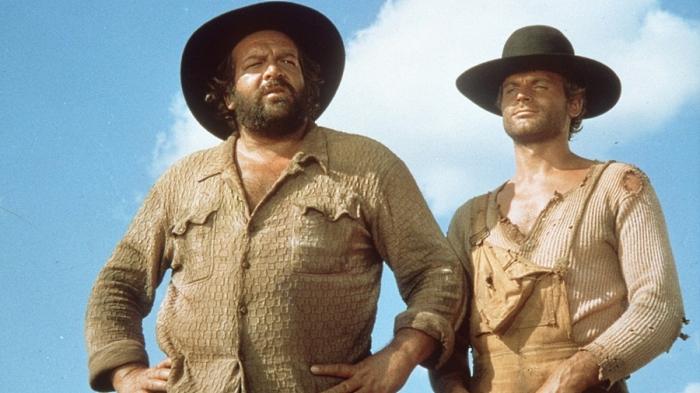 Bud Spencer e Terence Hill sono, rispettivamente, Bambino e Trinità: il pistolero smilzo e il fratellone sceriffo su cui pende una taglia per furto di bestiame in Lo chiamavano Trinità...