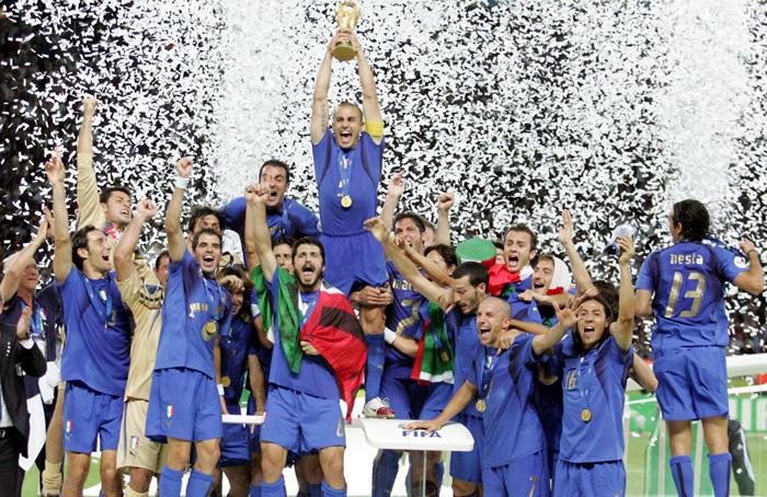 """2006 Il capitano Fabio Cannavaro innalza al cielo la Coppa del Mondo. Il Coro dei tifosi azzurri inneggia al """"po-po-po-po-po-po-po"""": l'Italia di Lippi si porta a casa il suo quarto titolo."""