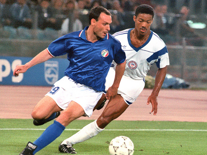1990 Totò Schillaci è l'eroe di Italia '90 che ha piazzato la Nazionale al terzo posto, segnando goal sotto il cielo di un'estate italiana.della sua vita mancando il rigore della vittoria nella finale contro il Brasile.