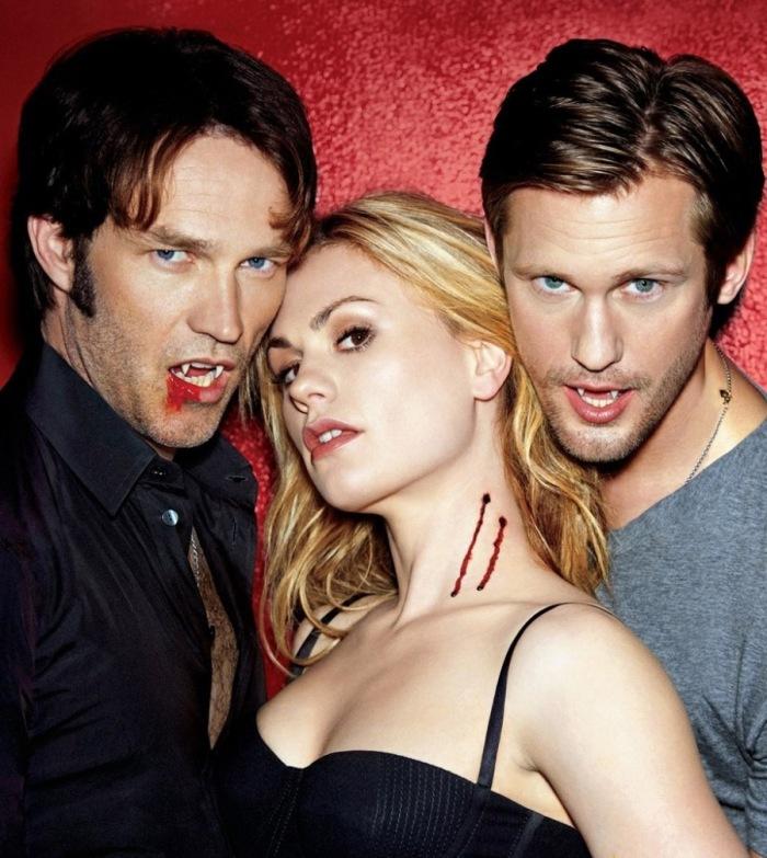 Sookie, Bill, Eric in True Blood (2008-2014): La cameriera telepatica è la preda ansimante per il sesso a 3 fra lenzuola lorde di sangue dei vampiri antagonisti che affondano le fauci sul suo décolleté-hot.