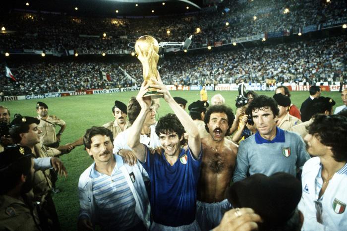 1982 L'attaccante-mito Paolo Rossi esulta sollevando il trofeo: l'Italia è Campione del Mondo dopo 44 anni.