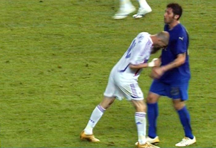 """2006 Materazzi si becca la testata da Zidane che viene spedito """"sotto la doccia""""."""