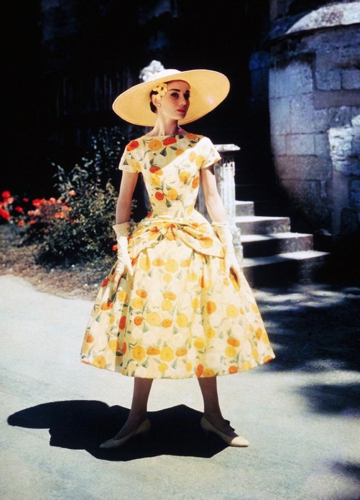 Il luminoso abitino con ampia gonna a ruota, a motivo fiorito, creato da Givenchy per Audrey Hepburn in Cenerentola a Parigi (1956)