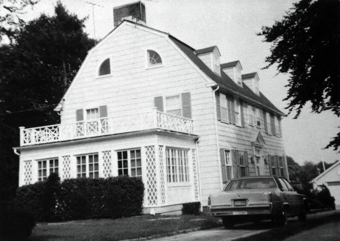 Con la facciata ridipinta nel '75 durante il soggiorno-lampo della famiglia Lutz