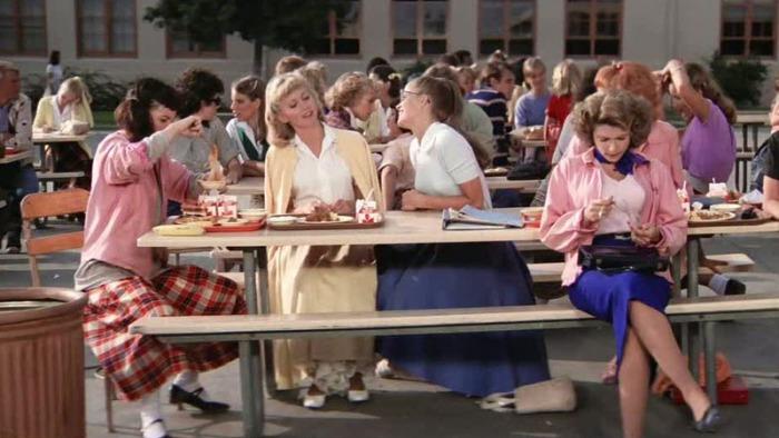 Il castigato e sbarazzino twin-set della liceale-vintage Olivia Newton-John in Grease (1978)