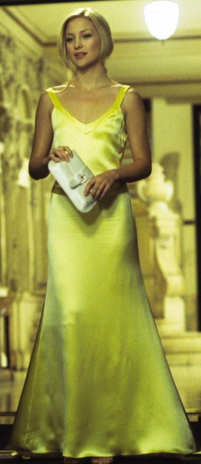Il lungo abito satin della seduttiva Kate Hudson in Come farsi lasciare in 10 giorni (2003)