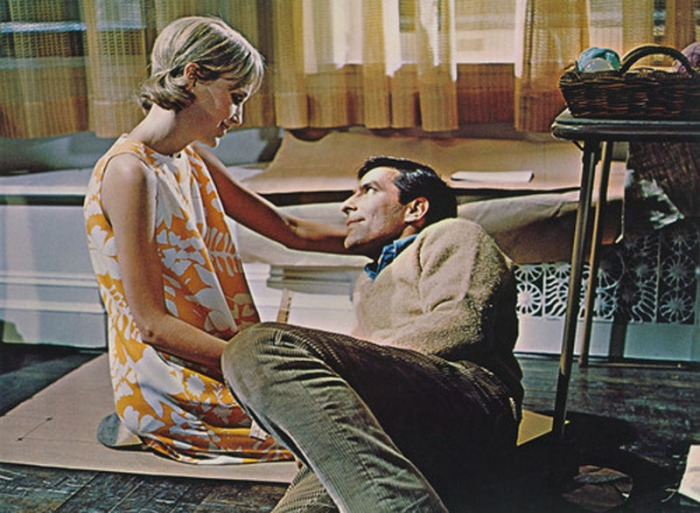 Lo sleeveless swing dress a stampa floreale di Mia Farrow in Rosemary's Baby (1968)
