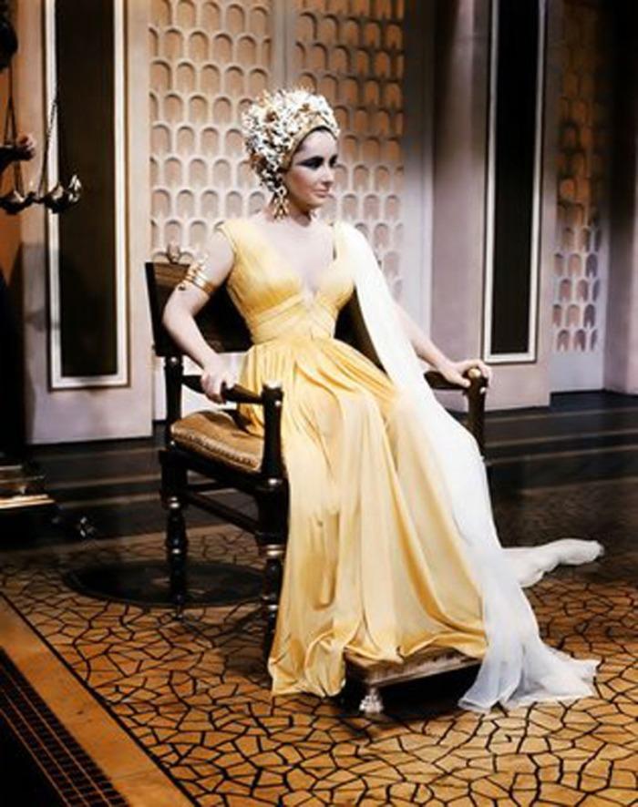 L'abito-strascico con scollo generoso di Elizabeth Taylor in Cleopatra (1963)