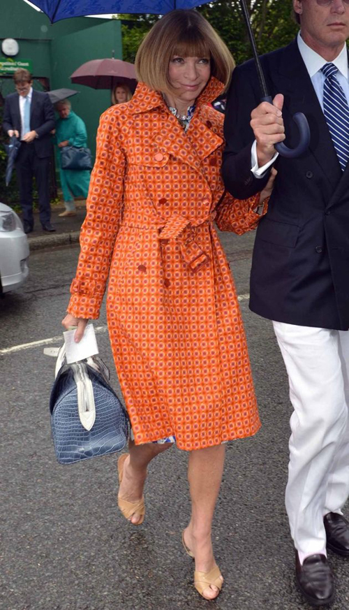 Anna Wintour in trench impermeabile a geometrie vintage